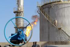 Un trabajador subre las escaleras en el campo de petróleo Halfaya, en Amara, al sureste de Bagdad, 21 de enero de 2016. Los precios del petróleo subían un 5 por ciento el viernes para pasar por encima del nivel de 30 dólares por barril que atravesaron la semana pasada, luego de que el clima frío en Estados Unidos y Europa dio a los operadores una excusa para cerrar posiciones cortas. REUTERS/Essam Al-Sudani