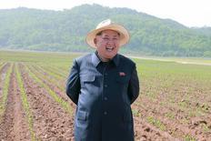 Глава КНДР Ким Чен Ын во время визита на Ферму №1116. Фотография распространена ЦТАК в Пхеньяне 1 июня 2015 года. Мир должен поддержать уголовное расследование в отношении северокорейских властей, поскольку положение с правами человека в КНДР не улучшилось за два года со времени выхода доклада ООН о массовых злодеяниях в духе нацистов, сказал руководитель расследования ООН в пятницу. REUTERS/KCNA
