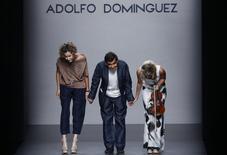 El grupo de moda Adolfo Domínguez anunció el viernes la venta de un edificio en Barcelona por importe de 45 millones de euros y destinará parte de los fondos obtenidos a amortizar deuda bancaria. En la imagen de archivo, el diseñador Adolfo Domínguez (C) saluda al público en un desfile en Madrid. REUTERS/Susana Vera
