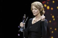 Atriz britânica Charlotte Rampling recebe prêmio durante European Film Award, em Berlim. 12/12/2015 REUTERS/Clemens Bilan/Pool