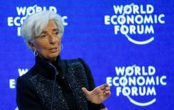 """La directora gerente del Fondo Monetario Internacional, Christine Lagarde, conduce la sesión """"Panorama de la economía global"""" durante la reunión anual del Foro Ecónomico Mundial en Davos, Suiza.  23 de enero 2016. REUTERS/Ruben Sprich - RTX23N0E"""