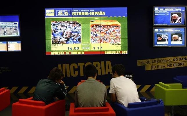 1月20日、モバイル賭博の台頭により、スポーツ賭博も世界中の規制当局の対応を上回る速さで変化を遂げている。スペイン首都マドリードにある賭け屋で2008年10月撮影(2016年 ロイター/Susana Vera)