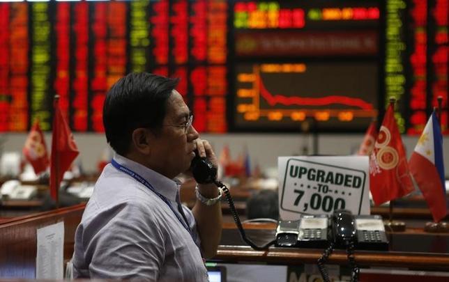 1月25日、 アジアの株式市場は年初から大きく下げ、株価は割安感が強まっている。写真はマニラ市内のトレーディングルーム。2013年撮影(2016年 ロイター/Erik De Castro)