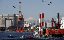 Port à Tokyo. Les exportations du Japon se sont contractées de 8,0% sur un an en décembre, leur troisième mois consécutif de repli, /Photo prise le 25 janvier 2016/REUTERS/Toru Hanai