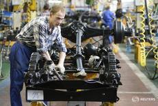 Рабочий на заводе ГАЗ в Нижнем Новгороде 17 июня 2009 года. Промышленное производство в РФ в 2015 году сократилось на 3,4 процента по сравнению с предыдущим годом, а в декабре 2015 года - снизилось на 4,5 процента в годовом выражении, но выросло на 7,0 процента в месячном, сообщил Росстат. REUTERS/Denis Sinyakov