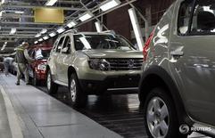 Автомобили Renault на заводе в Москве 15 мая 2012 года. Выпуск легковых автомобилей в РФ в 2015 году упал на 27,7 процента до 1,2 миллиона штук, сообщил Росстат в понедельник. REUTERS/Maxim Shemetov