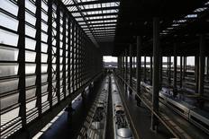 El gestor de los ferrocarriles españoles, Renfe, anunció el lunes que ha elegido a seis compañías como finalistas para la licitación de tres lotes de cinco trenes de alta velocidad cada uno (ampliable en otros 15) y el mantenimiento durante hasta 40 años por un importe global de hasta 2.642 millones de euros. En la imagen, vista de la terminal de AVE de la estacion madrileña de Atocha el 1 de agosto de 2014. REUTERS/Juan Medina