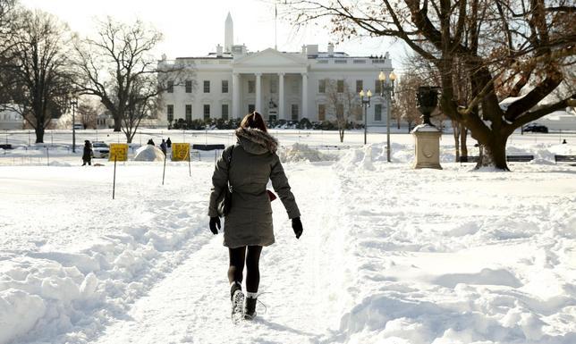 1月25日、記録的な大雪に見舞われた米東部の主要都市。完全復旧にまだ時間がかかりそうだ。ワシントンで撮影(2016年 ロイター/Kevin Lamarque)