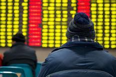 Инвесторы в брокерской конторе в Нанкине. 26 января 2016 года. Китайский фондовый рынок просел более чем на 6 процентов на торгах вторника под давлением панических распродаж, начавшихся после полудня из-за возобновившегося падения мировых индексов и цен на нефть. REUTERS/China Daily