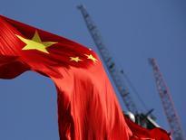 Bandeira da China em frente a guindastes em bairro comercial de Pequim. 26/01/2016 REUTERS/Kim Kyung-Hoon