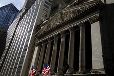 Здание фондовой биржи в Нью-Йорке. 20 января 2016 года. Рынок акций США показывает положительную динамику во вторник за счёт сильной корпоративной отчетности и восстановления цен на нефть накануне начала заседания Федрезерва США и публикации результатов Apple. REUTERS/Mike Segar