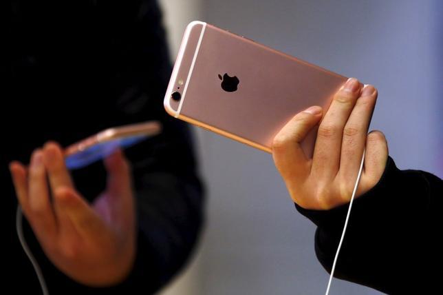 1月26日、米アップルが発表した第1・四半期決算は、iPhone販売が予想を下回ったほか、出荷の伸びが過去最低となった。シドニーで昨年9月撮影(2016年 ロイター/DAVID GRAY)