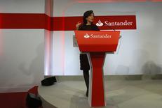Ana Botin, présidente de Santander, La première banque de la zone euro a annoncé une chute de 98% de son bénéfice net du quatrième trimestre, sous le coup à la fois de provisions passées pour compenser les victimes de ventes abusives de produits d'assurance en Grande-Bretagne et d'un ralentissement des revenus au Brésil. /Photo prise le 27 janvier 2016/REUTERS/Sergio Perez