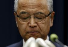 El ministro de Economía de Japón, Akira Amari, reacciona durante una conferencia de prensa en Tokio, 28 de enero del 2016. Amari dijo que dimitirá de su cargo para asumir la responsabilidad por las acusaciones de que recibió sobornos de una empresa de construcción. REUTERS/Yuya Shino