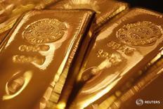Слитки золота в магазине Ginza Tanaka в Токио 17 сентября 2010 года. Цены на золото снижаются с максимума 12 недель после того, как ФРС дала понять, что не отказывается от намерения повысить процентные ставки в этом году. REUTERS/Yuriko Nakao