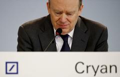 Le président du directoire de Deutsche Bank, John Cryan, explique que la restructuration du groupe devrait atteindre son point culminant cette année, après une perte record l'an dernier et invite les investisseurs à la patience. /Photo prise le 28 janvier 2016/REUTERS/Kai Pfaffenbach