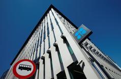 El logo de la OPEP visto en la sede del organismo, en Viena, Austria, 5 de junio de 2015. El ministro de Energía de Rusia, Alexander Novak, dijo el jueves que era razonable discutir la situación sobre el mercado petrolero y que la Organización de Países Exportadores de Petróleo (OPEP) estaba tratando de organizar una reunión con otros productores para el próximo mes. REUTERS/Heinz-Peter Bader