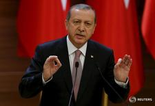 Президент Турции Тайип Эрдоган выступает в Анкаре 26 ноября 2015 года. Президент Турции Тайип Эрдоган не считает введение новой конституции и усиление президентской власти вопросом личных амбиций, а необходимыми изменениями для страны, чья парламентская система, по его словам, устарела. REUTERS/Umit Bektas