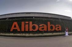 El logo del grupo Alibaba, fotografiado en su sede en Hangzhou, China, 14 de octubre de 2015. Unas ventas navideñas fuertes ayudaron a Alibaba Group Holding Ltd a superar las estimaciones y reportar un alza de 32 por ciento en sus ingresos del tercer trimestre, pero la gigante del comercio electrónico no estuvo inmune a la desaceleración de China. REUTERS/Stringer/Files