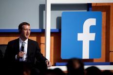 Las acciones de Facebook Inc subieron el jueves un 15,5 por ciento y registraron su mayor avance porcentual desde julio del 2013, después de que la red social reportara resultados trimestrales que superaron las expectativas. En la imagen, el CEO de Mark Zuckerberg durante una reunión con el primer ministro indio Narendra Modi en la sede de Facebook en Menlo Park, California el 27 de septiembre de 2015. REUTERS/Stephen Lam