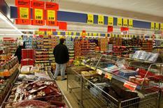 Les ventes au détail en Allemagne ont subi une baisse inattendue (-0,2% CVS d'un mois sur l'autre) en décembre 2015, alors que des économistes anticipaient une hausse de 0,5%. /Photo d'archives/REUTERS/Fabrizio Bensch