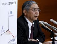 Conférence de presse à Tokyo du gouverneur de la Banque du Japon, Haruhiko Kuroda. La Banque du Japon a pris les marchés financiers par surprise en faisant basculer vendredi l'un de ses principaux taux d'intérêt en territoire négatif (-0,1%), une mesure audacieuse qui vise à relancer l'économie et à combattre la déflation. Les marchés actions et obligataires ont salué la nouvelle, l'indice Nikkei de la Bourse de Tokyo terminant en hausse de 2,8%. /Photo prise le 29 janvier 2016/REUTERS/Yuya Shino