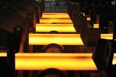 Una barra de hierro al rojo vivo en una acería en Concepción, Chile, dic 9, 2014. La producción de manufacturas en Chile cayó en diciembre y acumuló una contracción del 0,6 por ciento en el 2015, golpeada por la desaceleración de la actividad económica y el negativo desempeño de sectores clave como la minería, informó el viernes el Gobierno.  REUTERS/Jose Luis Saavedra