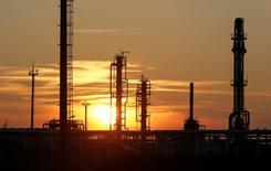 Les cours du pétrole dépasseront à peine 40 dollars le baril cette année avec l'arrivée du brut iranien sur un marché déjà saturé, selon une enquête Reuters menée auprès d'économistes et d'analystes dont la prévision médiane enregistre sa plus forte baisse sur un mois en un an. /Photo prise le 22 janvier 2016/REUTERS/Shamil Zhumatov