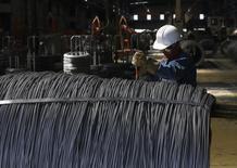 Un trabajador revisando alambres de acero en la planta TIM en Huamantla, México, oct 11, 2013. El desempeño de la economía mexicana mejoró levemente en el 2015 de la mano del sector servicios, pero la actividad industrial ligada a Estados Unidos se estancó al cierre del año pasado en medio del volátil entorno internacional.  REUTERS/Tomas Bravo