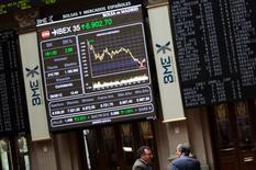Operadores trabajando en la bolsa española en Madrid, jun 29, 2012. Las acciones europeas cerraron en alza el viernes y registraron su segunda semana consecutiva con ganancias, después de que el  Banco de Japón sorprendió a los mercados al establecer tasas de interés negativas en un intento por revivir la inflación.  REUTERS/Susana Vera