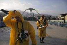 Funcionários do Rio lançam inseticida no Sambódromo.  26/1/2016.  REUTERS/Pilar Olivares