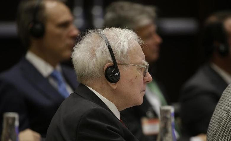 Warren Buffett, Berkshire Hathaway CEO, uses a listening device as he listens to Chinese President Xi Jinping at a U.S.-China business roundtable, comprised of U.S. and Chinese CEOs in Seattle, Washington September  23, 2015. REUTERS/Elaine Thompson/Pool