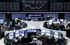 Operadores trabajando en la Bolsa de Fráncfort, Alemania, 29 de enero de 2016. Las bolsas europeas abrían estables el lunes en momentos en que el alza de las acciones de grandes bancos como Bankia compensaba el declive en el sector de telecomunicaciones, después de que Nokia resolvió una disputa con Samsung. REUTERS/Staff