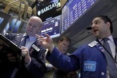 Operadores trabajando en la bolsa de Wall Street en Nueva York, ene 29, 2016. Las acciones estadounidenses abrieron el lunes en baja, debido a que unos débiles datos económicos en China aumentaron las preocupaciones sobre una desaceleración global, lo que se sumaba a la continua caída de los precios del petróleo.   REUTERS/Brendan McDermid