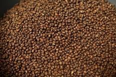 Le groupe italien Lavazza s'attend à boucler le rachat de la marque de café Carte Noire dans les prochaines semaines pour un montant d'environ 750 millions d'euros, selon deux sources proches du dossier. L'opération fera de Lavazza le numéro un du café en France. /Photo d'archives/REUTERS/Robert Galbraith