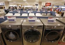 Unas lavadores a la venta en una tienda de la minorista Sears en Schaumburg, EEUU, sep 23, 2013. El sector manufacturero de Estados Unidos se contrajo por cuarto mes consecutivo en enero, pero a un ritmo más lento que en el mes previo, mientras que el empleo en el sector cayó a mínimos en seis años y medio, según un reporte de la industria publicado el lunes.  REUTERS/Jim Young
