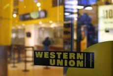 Отделение Western Union в Нью-Йорке. 30 июля 2013 года. Туркмения, страдающая от падения цен на энергетические и сырьевые товары, ввела для своих граждан ограничения на перевод денежных средств за границу через популярный сервис - Western Union, сказали сотрудники двух пунктов обслуживания Western Union. REUTERS/Shannon Stapleton