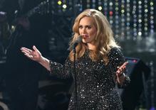 Adele canta durante Oscar de 2013.  24/2/2013.     REUTERS/Mario Anzuoni