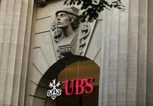 Foto de archivo: El logo del banco suizo UBS se ve en la entrada de su sede en Zúrich, 27 de julio del 2015. El mayor banco de Suiza propuso elevar su dividendo 2015 a 0,85 francos suizos por acción incluyendo un pago especial de 0,25 francos, justo por encima de las expectativas de analistas, al tiempo que reportó un aumento de un 79 por ciento en sus ganancias netas para todo el año, su mejor resultado desde el 2010. REUTERS/Arnd Wiegmann/Files