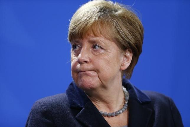 2月1日、ドイツのショイブレ財務相は、難民・移民の流入を減らすようメルケル首相(写真)に求める圧力が高まっており、有権者の間で難民問題に国が対応し切れるかどうか疑念が広がっていると述べた。ベルリンで撮影(2016年 ロイター/Hannibal Hanschke)