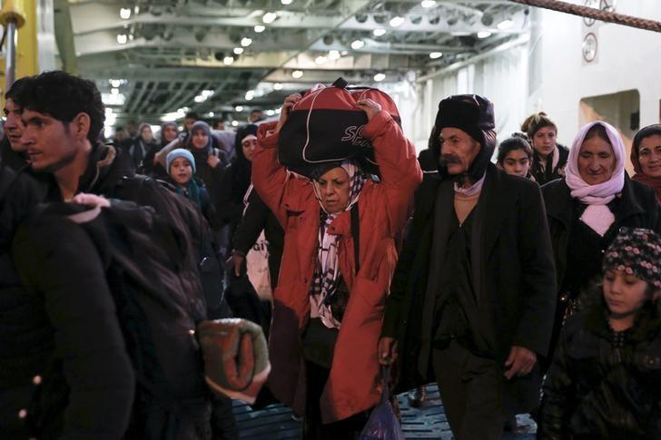 Refugees and migrants arrive aboard the passenger ferry Eleftherios Venizelos at the port of Piraeus, near Athens, Greece, February 1, 2016. REUTERS/Alkis Konstantinidis