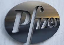 El logo de Pfizer, fotografiado en la sede global de la compañía, en Nueva York. 23 de noviembre de 2015. La farmacéutica estadounidense Pfizer, que está en proceso de comprar al fabricante de Botox, Allergan, por 160.000 millones de dólares, reportó ingresos trimestrales mejores a lo esperado, impulsados por la demanda de su vacuna contra la neumonía y la adquisición del proveedor de fármacos inyectables Hospira. REUTERS/Brendan McDermid