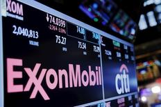 ExxonMobil a annoncé mardi une baisse de 58% de ses bénéfices au quatrième trimestre et une réduction d'un quart de ses dépenses d'investissement cette année face à la chute prolongée des cours du brut. /Photo prise le 8 décembre 2015/REUTERS/Lucas Jackson
