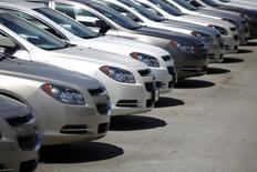 Concession Chevrolet à Miami. Les ventes de voitures aux Etats-Unis semblent avoir augmenté plus que prévu en janvier, montrent les premiers chiffres publiés mardi, le marché continuant de bénéficier de la faiblesse des prix à la pompe, de celle du coût des crédits et de la poursuite de la croissance économique. /Photo d'archives/   REUTERS/Carlos Barria
