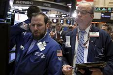 Трейдеры на фондовой бирже в Нью-Йорке. 2 февраля 2016 года. Акции США упали во вторник после очередного резкого снижения цен на нефть и разочаровывающего прогноза расходов от Exxon Mobil. REUTERS/Brendan McDermid