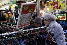 Le secteur des services japonais a connu en janvier sa croissance la plus forte depuis cinq mois, signe que le ralentissement économique chinois et la situation des marchés boursiers mondiaux n'inquiètent pas les consommateurs et les entreprises de l'archipel. /Photo prise le 27 janvier 2016/REUTERS/Yuya Shino