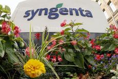 Foto de archivo: Flores crecen frente al logo de la firma suiza de productos agroquímicos Syngenta en la sede de la compañía en Basilea, 19 de agosto del 2015. La firma de propiedad estatal ChemChina hará una oferta acordada de 43.000 millones de dólares por Syngenta, dijeron las compañías el miércoles, marcando la mayor adquisición en el extranjero de una empresa china. REUTERS/Arnd Wiegmann
