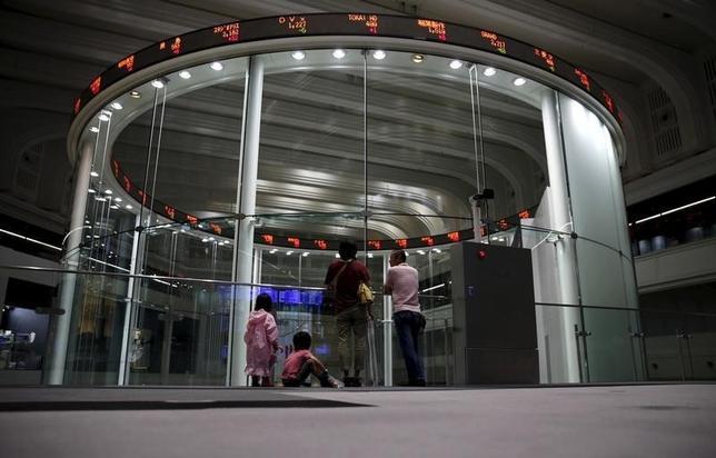 2月3日、日本株の「利回り」が脚光を浴びている。写真は東京証券取引所で昨年7月撮影(2016年 ロイター/Toru Hanai)
