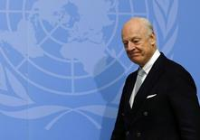 """Спецпосланник ООН Стаффан де Мистура идет на пресс-конференцию в ООН в Женеве. Организация объединённых наций (ООН) в среду приложила немало усилий для оживления увядающих сирийских переговоров, в то время как Дамаск стремился отстоять отвоёванные у мятежников территории, а союзник Сирии Россия объявила о продолжении авиаударов до тех пор, пока """"террористы"""" не будут уничтожены.REUTERS/Denis Balibouse"""