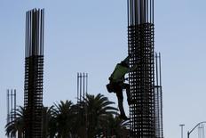 Un trabajador escala una estructura en un sitio en construcción, en Palo Alto, California. 16 de diciembre de 2015. Los empleadores privados de Estados Unidos crearon 205.000 puestos de trabajo en enero, más de lo esperado por los economistas, mostró el miércoles un reporte de un procesador de nóminas. REUTERS/Stephen Lam